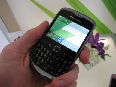 Blackberry Curve 3G 9300 dobro leži u ruci zahvaljujući dimenzijama i hrapavoj površini