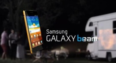 Samsung Galaxy Beam - i telefon pored projektora