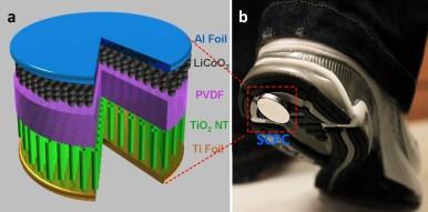 Baterija veličine novčića bila bi izrađena iz više slojeva i bežično povezana sa baterijom telefona