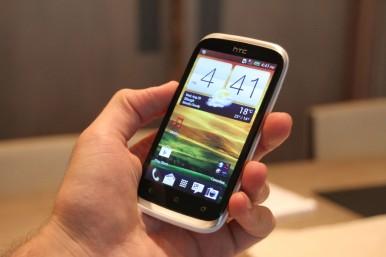 HTC Desire X zahvaljujući svojim skladnim dimenzijama lepo leži u ruci