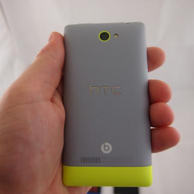 HTC Windows Phone 8S je skladnih dimenzija, lepo leži u ruci i ponosno nosi beats audio logo koji garantuje izuzetan kvalitet zvuka