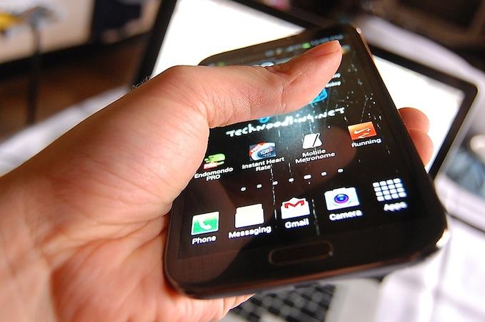 Mobilne zanimljivosti Samsung-Galaxy-Note-2-tapping-technoodling